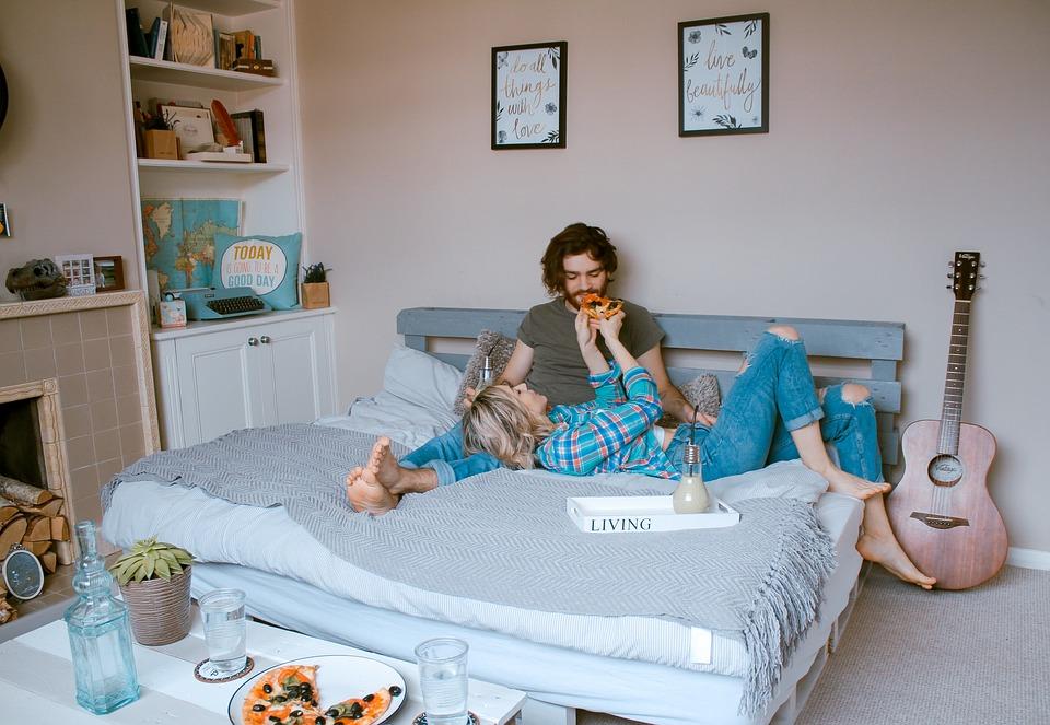 Mann und Frau auf dem Futonbett