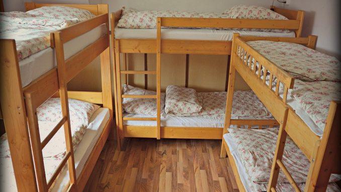 Drei Stockbetten in einem Zimmer