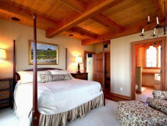 Helle Schlafzimmer mit großem Bett.