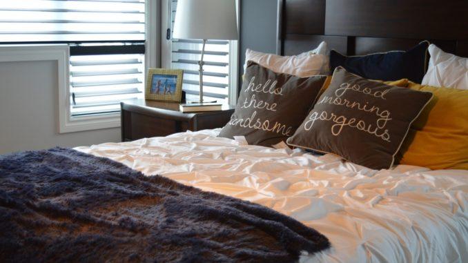 Schlafzimmer mit Bett im Hotelstil