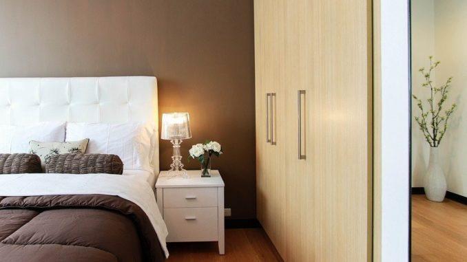 Foto eines Schlafzimmers mit Boxspringbett